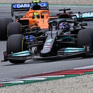 Lewis Hamilton fährt am 4. Juli im Rennen der Formel 1 in Spielberg vor Lando Norris.