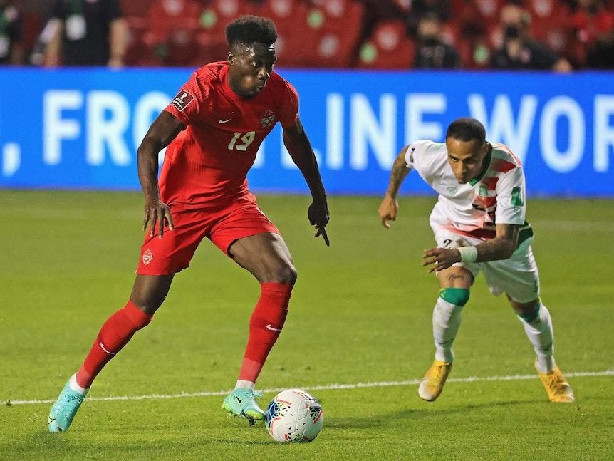 Alphonso Davies im Trikot der kanadischen Nationalmannschaft gegen Suriname.