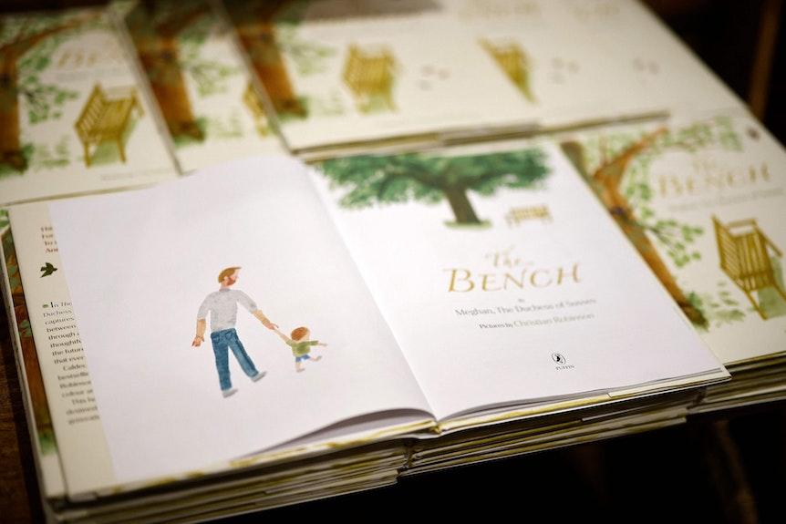 Blick in das aufgeklappte Kinderbuch The Bench von Herzogin Meghan