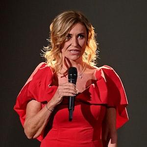 """Unternehmerin Dagmar Wöhrl spricht bei der TV-Spendengala """"Ein Herz für Kinder"""" auf der Bühne."""