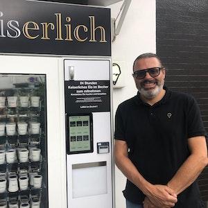 Der Kölner Eisdielen-Betreiber Rainer Winter stellt seinen Eisautomaten vor.