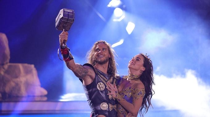 """Rúrik Gíslason tanzt im Kostüm des hammerschwingenden Donnergotts Thor mit seiner Tanzpartnerin Renata Lusin bei der RTL-Tanzshow """"Let's Dance""""."""