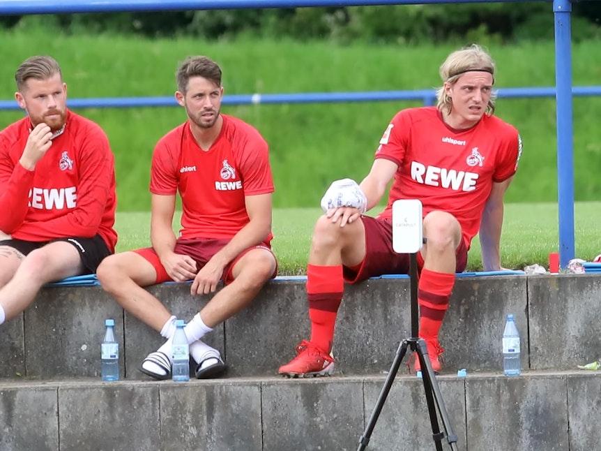 Sebastiaan Bornauw sitzt beim Testspiel des 1. FC Köln gegen den MSV Duisburg draußen.