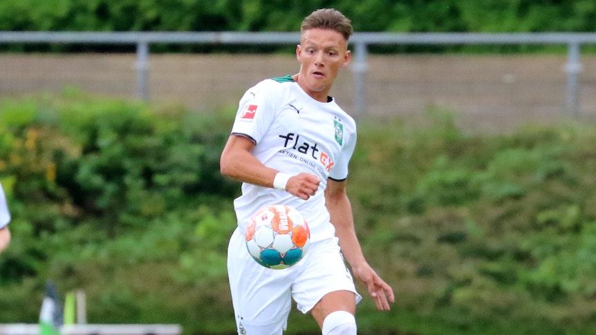 Hannes Wolf läuft und hat den Ball vor sich im Testspiel gegen Viktoria Köln am 10. Juli 2021.