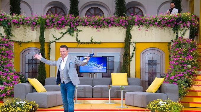 """Stefan Mross aus moderiert die ARD-Fernsehsendung """"Immer wieder Sonntags"""" aus dem Europa-Park und begrüßt freudig die Zuschauer."""
