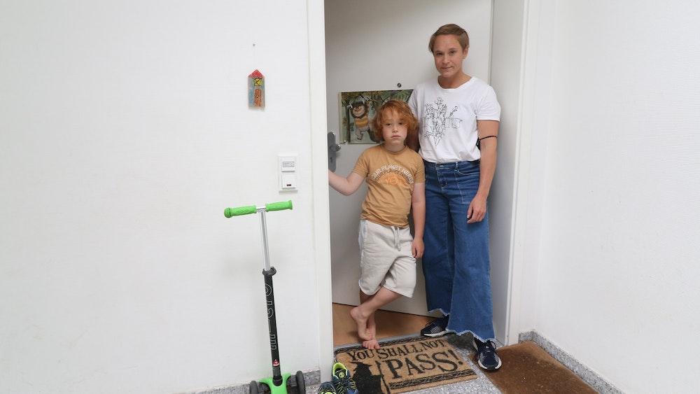 Julian (8) und seine Mutter Hanna Raven (40) stehen an ihrer Wohnungstür in Köln-Nippes. Julian muss seit dem 30. Juni unter Quarantäne, weil ein Mitschüler positiv auf Corona getestet worden war.