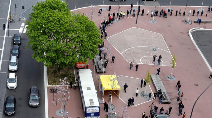 Der Impfbus steht in Köln-Chorweiler auf dem Liverpooler Platz. Der Andrang der Menschen im Bezirk ist groß.