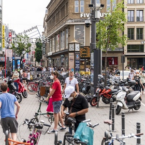 Menschen bewegen sich in der vollen Kölner Innenstadt. Aktuell soll die Kundschaft jedoch durch aggressive Drogenabhängige verschreckt sein.