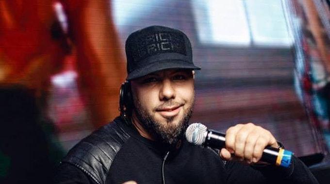 Der Kölner DJ Stutter, bürgerlich Deniz Köse, posiert 2018 in Köln. Er wurde am 6. Juli 2020 bei einer Polizeikontrolle in Köln von einem Beamten bedroht.