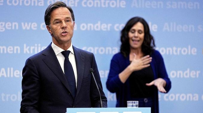Der niederländische Premier Mark Rutte informiert bei einer Pressekonferenz am Freitag (09. Juli) über die Corona-Entwicklung in den Niederlanden.