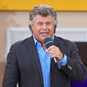 """Sänger Andy Borg singt während der ARD - Unterhaltungsshow """"Immer wieder Sonntags"""" am 04.07.2021 im Europapark Rust. Er sorgte mit einem Auftritt für Lacher im Netz."""