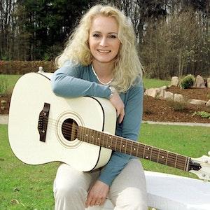 """Die deutsche Grand Prix-Gewinnerin Nicole (""""Ein bisschen Frieden"""", Archivfoto vom 09.04.2002) hält eine weiße Gitarre in ihrer Hand. Ein Gericht verbietet eine Schlager-CD mit Aufnahmen von Nicole und Costa Cordalis."""