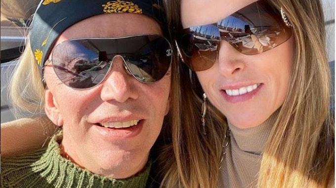Die Goodbye Deutschland Auswanderer Alicia (l.) und Nickie King. Das Foto postetet sie am 26. Januar 2021 auf ihrer Instagram-Seite, beide umarmen sich darauf, tragen Sonnenbrille. Sie wanderten von Düsseldorf nach Cannes aus.