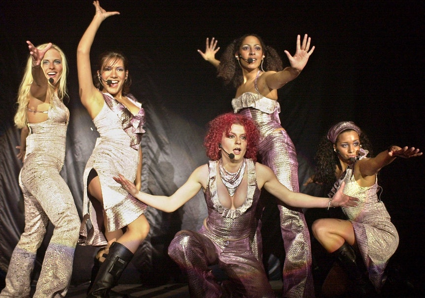 """Die Sängerinnen der RTL-II-Girlgroup """"No Angels"""", Sandy (l-r), Vanessa, Lucy, Jessica und Nadja bei einem Auftritt im Jahr 2001."""