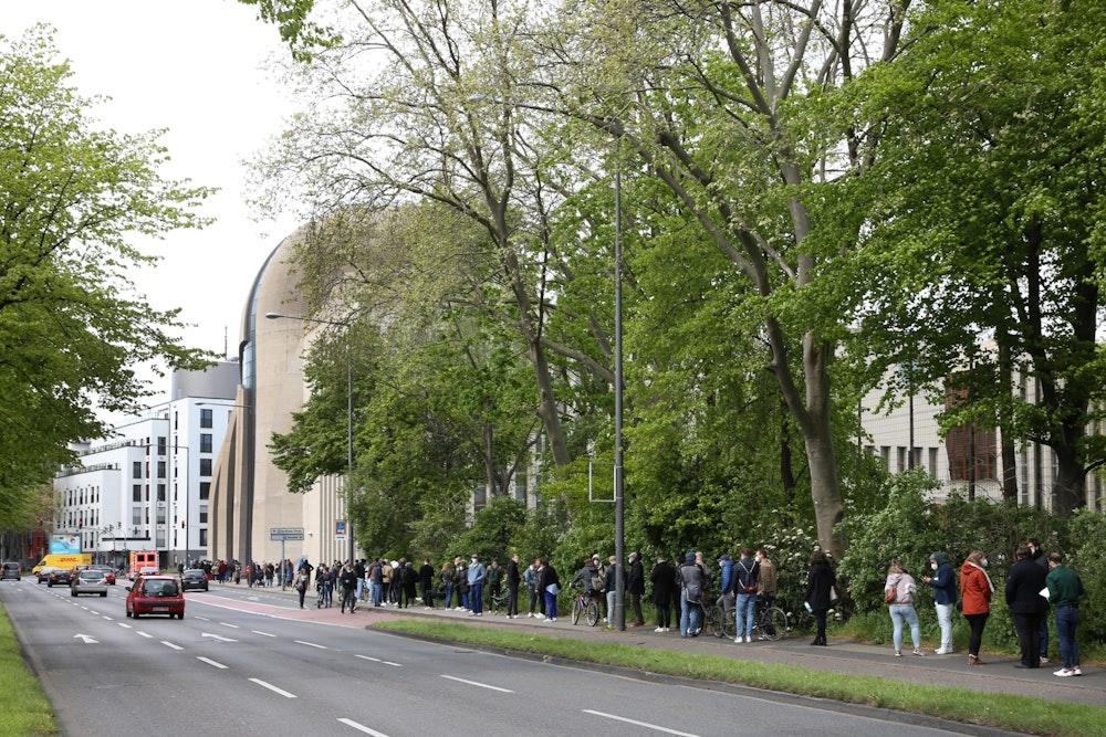 Lange Warteschlange in Köln vor der Zentralmoschee am 8. Mai 2021.