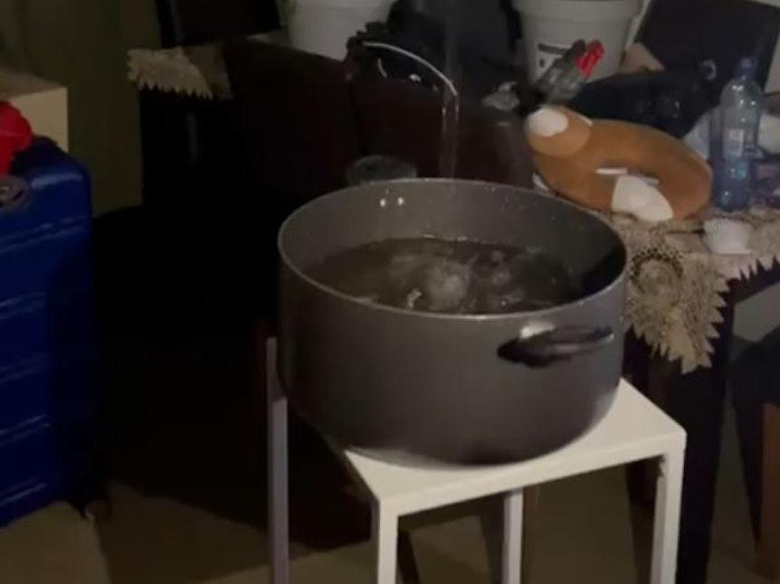 Nach dem Wasserschaden behelfen sich Mieter mit Töpfen, um das Wasser aufzufangen.
