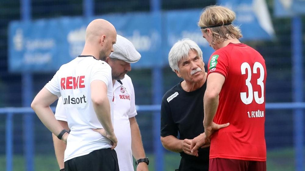 Sebastiaan Bornauw spricht mit den Betreuern des 1. FC Köln.