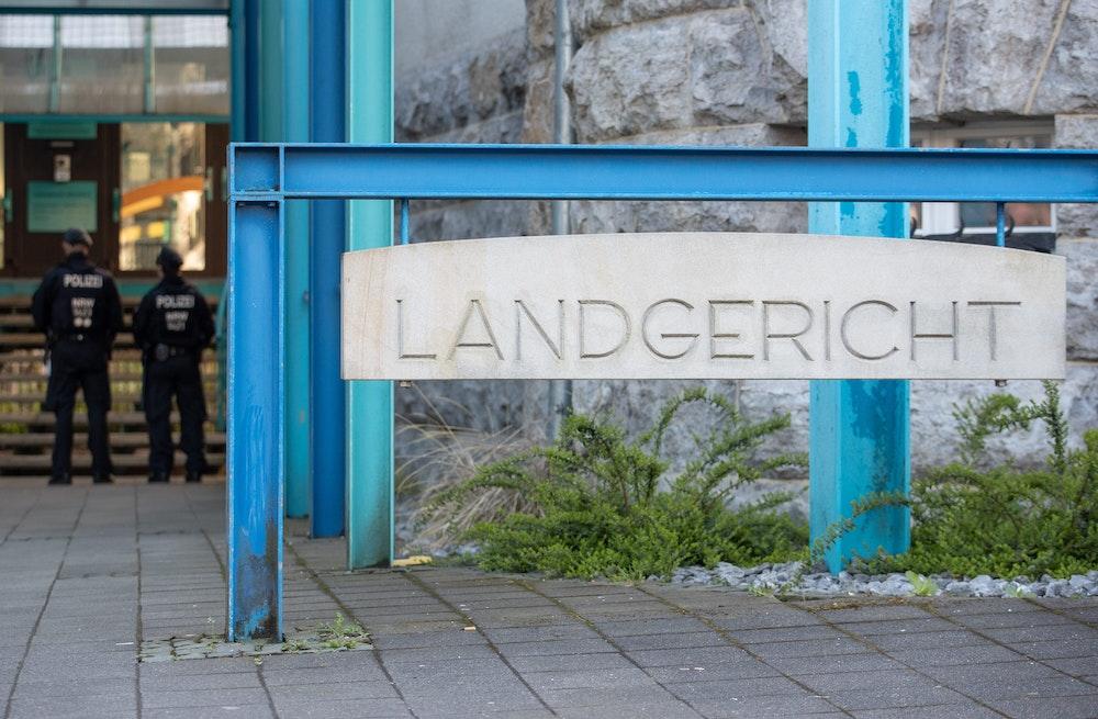 Blick auf das Landgericht-Schild in Bielefeld.