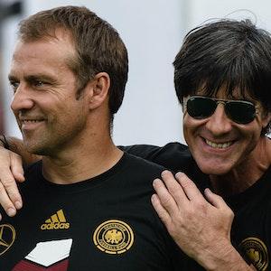Hansi Flick und Joachim Löw feiern zusammen den WM-Titel 2014.