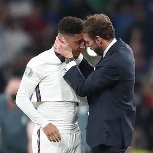 Englands Trainer Gareth Southgate tröstet Jadon Sancho nach der Niederlage im Elfmeterschießen
