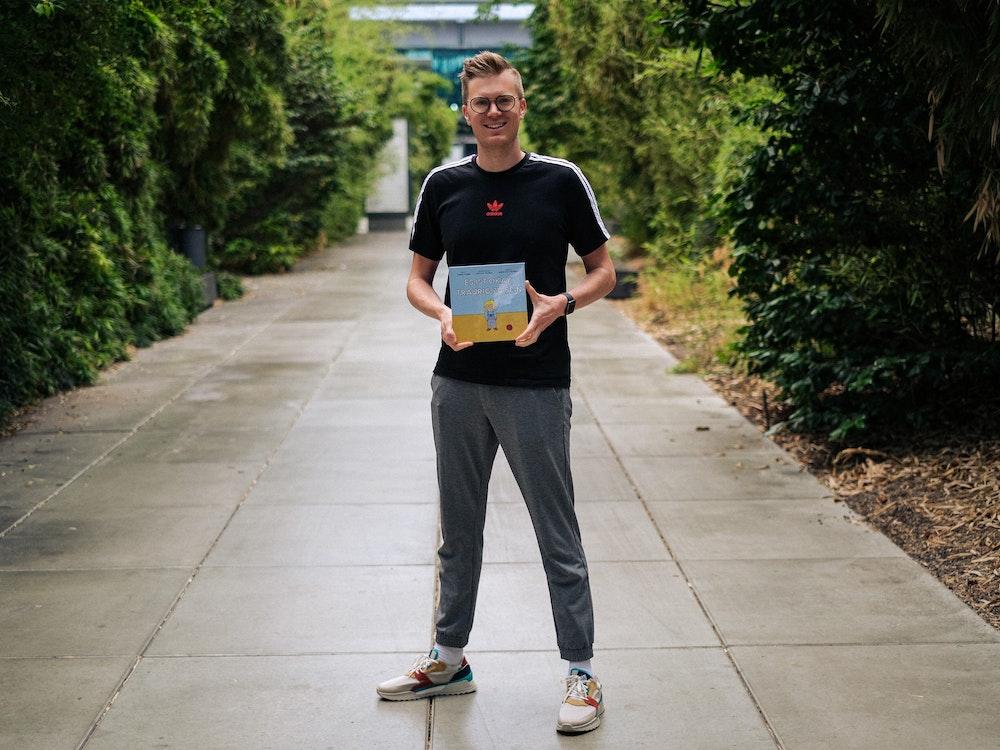 """Tobias Budde zeigt sein Buch """"Es ist okay, traurig zu sein""""."""