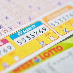 Der 13. WestLotto-Millionär des Jahres steht fest: Ein Spielteilnehmer aus dem Münsterland hat bei der Zusatzlotterie Spiel 77 rund 1,3 Millionen Euro abgeräumt. Seinen Tipp hat der Neu-Millionär im Kreis Borken abgegeben.