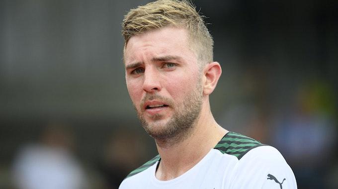 Gladbachs Christoph Kramer, hier beim Testspiel des VfL gegen Viktoria Köln am 10. Juli 2021, guckt skeptisch in die Kamera.
