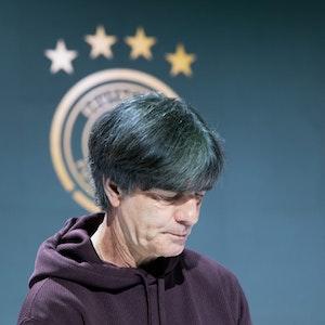 Der scheidende Bundestrainer Joachim Löw geht nach der Pressekonferenz aus dem Raum.