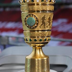 Der DFB-Pokal steht auf einem Ständer vor dem Spiel.