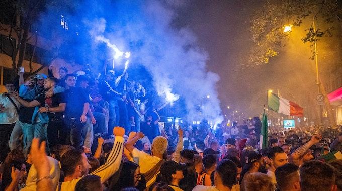 Italienische Fans feiern auf dem Hohenzollernring in Köln den EM-Titel.