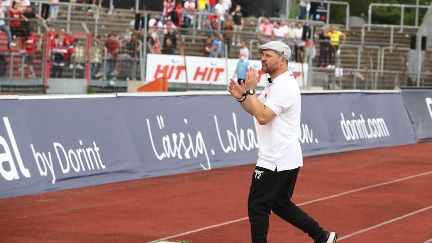 Steffen Baumgart wird von den Fans des 1. FC Köln gefeiert.