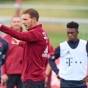 Julian Nagelsmann steht auf dem Trainingsplatz des FC Bayern und gibt Anweisungen.