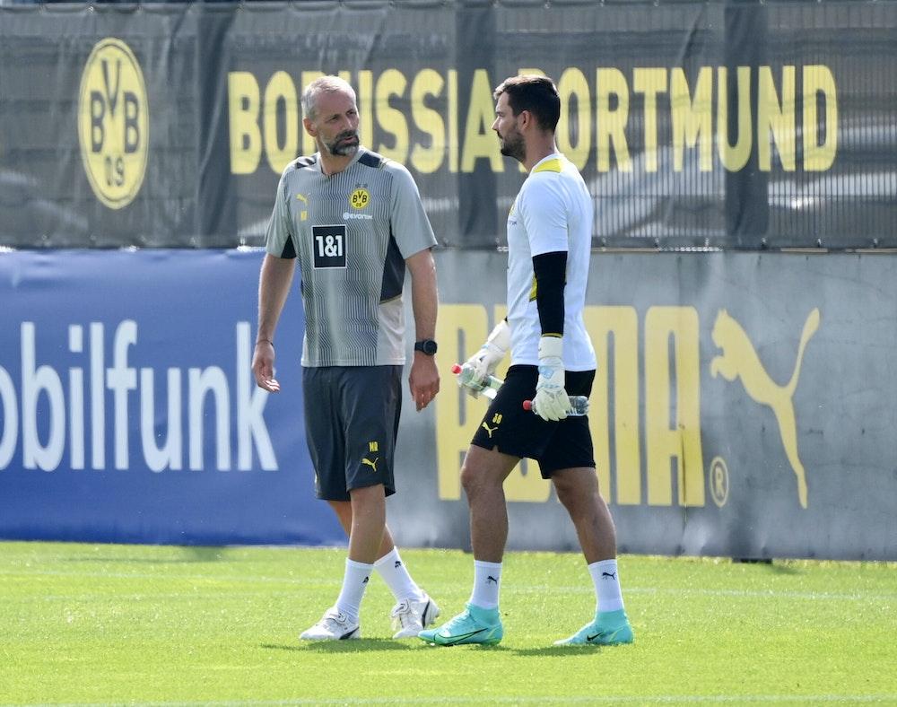 Torwart Roman Bürki spricht mit Trainer Marco Rose.