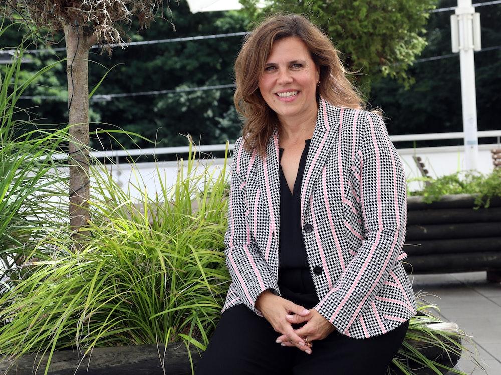 Die Kölner Gleichstellungsbeauftragte. Bettina Mötting lächelt bei Fototermin in die Kamera. Foto von Eduard Bopp bei EXPRESS-Termin, honorarfrei
