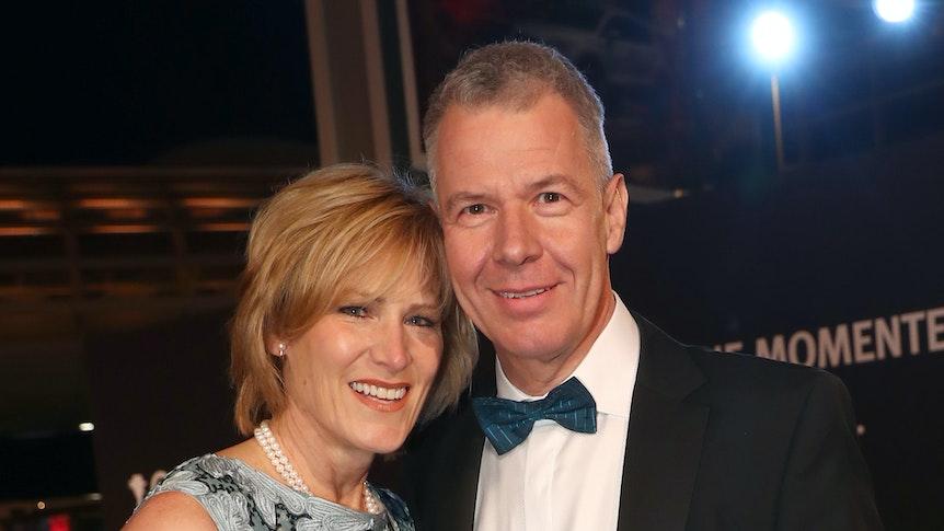 Verleihung 52. Goldene Kamera, am 04. März 2017 in Hamburg: Peter Kloeppel steht rechts hält seine Frau Carol, die links steht, im Arm.