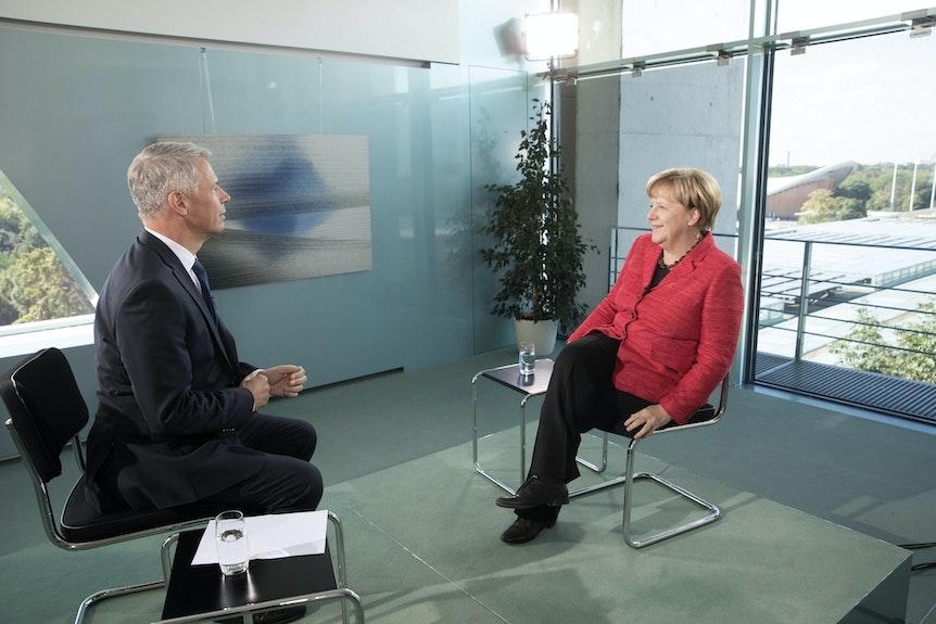 Peter Kloeppel moderiert die Abschiedssendung von Angela Merkel.