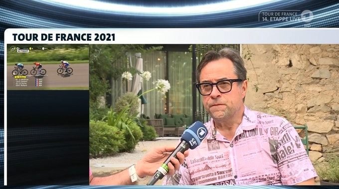 Schauspieler Jan Josef Liefers im Interview während der 14. Etappe der Tour de France am 10. Juli.