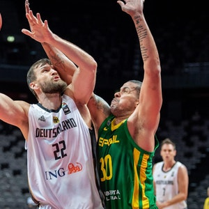 Deutschlands Danilo Barthel (l) und Brasiliens Rafael Hettsheimeir in Aktion.