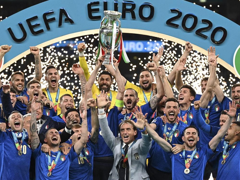 Italiens Nationalspieler jubeln am 11. Juli im Wembley-Stadion mit dem EM-Pokal