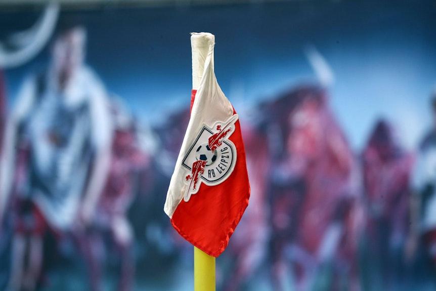 Kein Problem für die DFL-Klubs: Das Logo von RB Leipzig auf einer Eckfahne