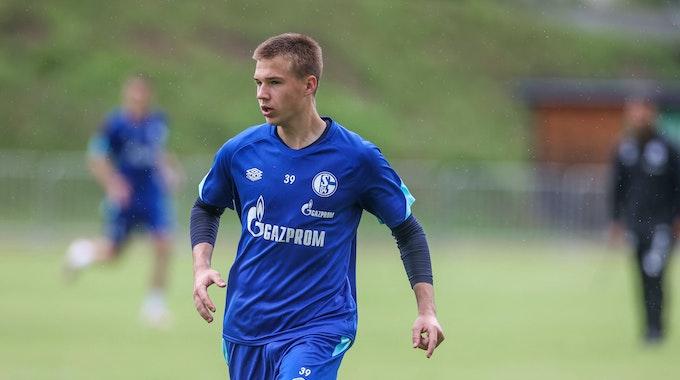Yaroslav Mikhailov läuft im Dress von Schalke 04 über den Trainingsplatz.