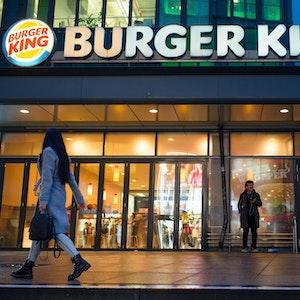 Eine Burger-King-Filiale in Berlin (Foto November 2019). Ein Schild vor einer Filiale in Lincoln in den USA sorgte jetzt für Aufsehen.