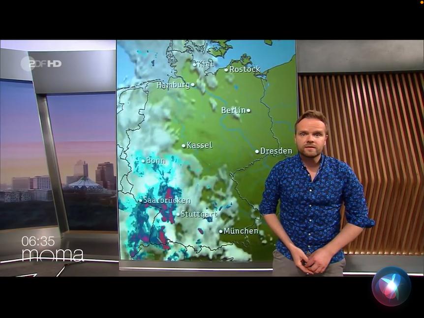 Benjamin Stöwe steht im ZDF MoMa vor der Wetterkarte. Er warnt vor Stark- und Dauerregen.