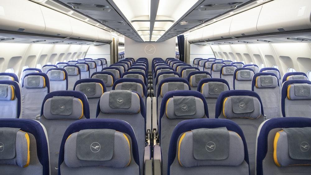 Leere Sitzplätze in einer Lufthansa-Maschine.
