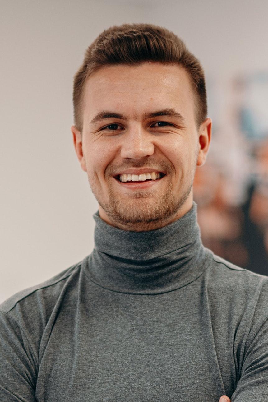 Niklas Becker ist Dating-Coach und verrät Tipps, wie man sich virtuell gut verkaufen kann. Foto hat seine Agentur kostenlos zur Verfügung gestellt.