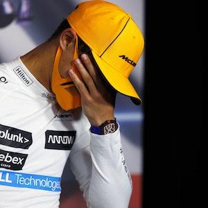 Lando Norris von McLaren schlägt sich bei der Pressekonferenz nach dem Großen Preis von Österreich die Hand vor das Gesicht.