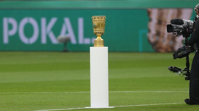 Eine TV-Kamera ist im Finale am 13. Mai auf den DFB-Pokal gerichtet.