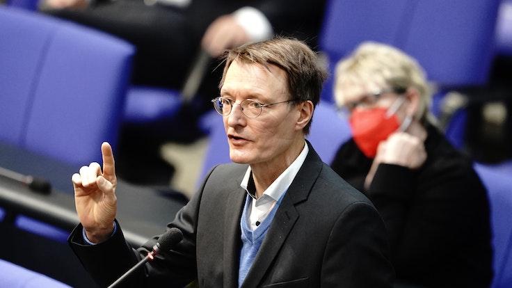 Gesundheitsexperte Karl Lauterbach (SPD) spricht im April 2021 bei der Sitzung des Bundestags.