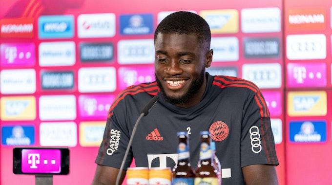 Dayot Upamecano lächelt auf der Bayern-PK
