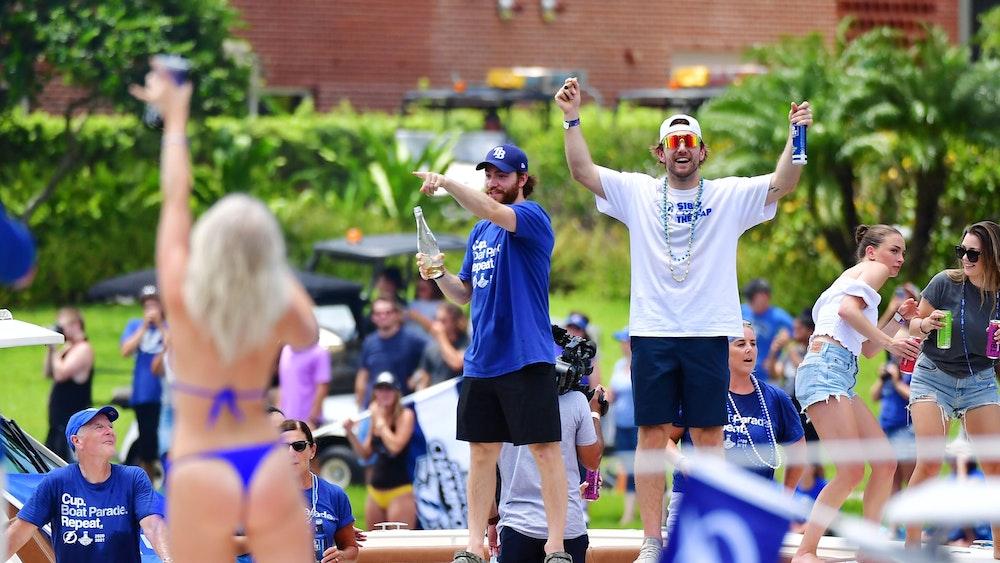Barclay Goodrow (r.) und Brayden von den Tampa Bay Lightning feiern auf einem Boot den Sieg beim Stanley Cup.